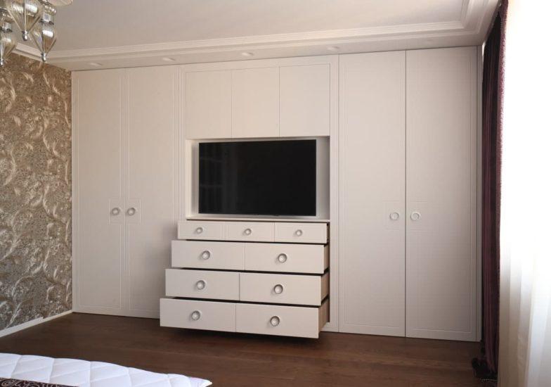 Встроенный четырехстворчатый шкаф  с фасадам из окрашенных МДФ